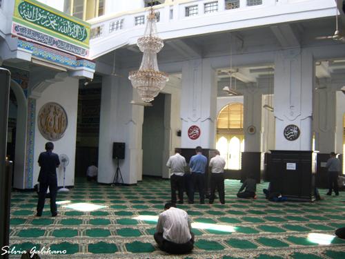 Arah hadap jamaah bukan ke arah mihrab yang berada di tengah, seberang pintu masuk, melainkan ke sudut kanan bangunan. (Foto: Silvia Galikano)