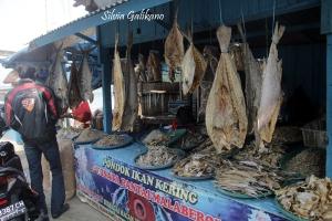Kios ikan kering di Pantai Pasar Bengkulu.