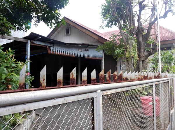 Rumah masa kecil Nh Dini di Sekayu. Pohon belimbing depan rumah sudah ada saat orangtua Dini menempati rumah ini. Di pohon itu juga Teguh terjepit hingga mendapat julukan Banteng Kecepit.