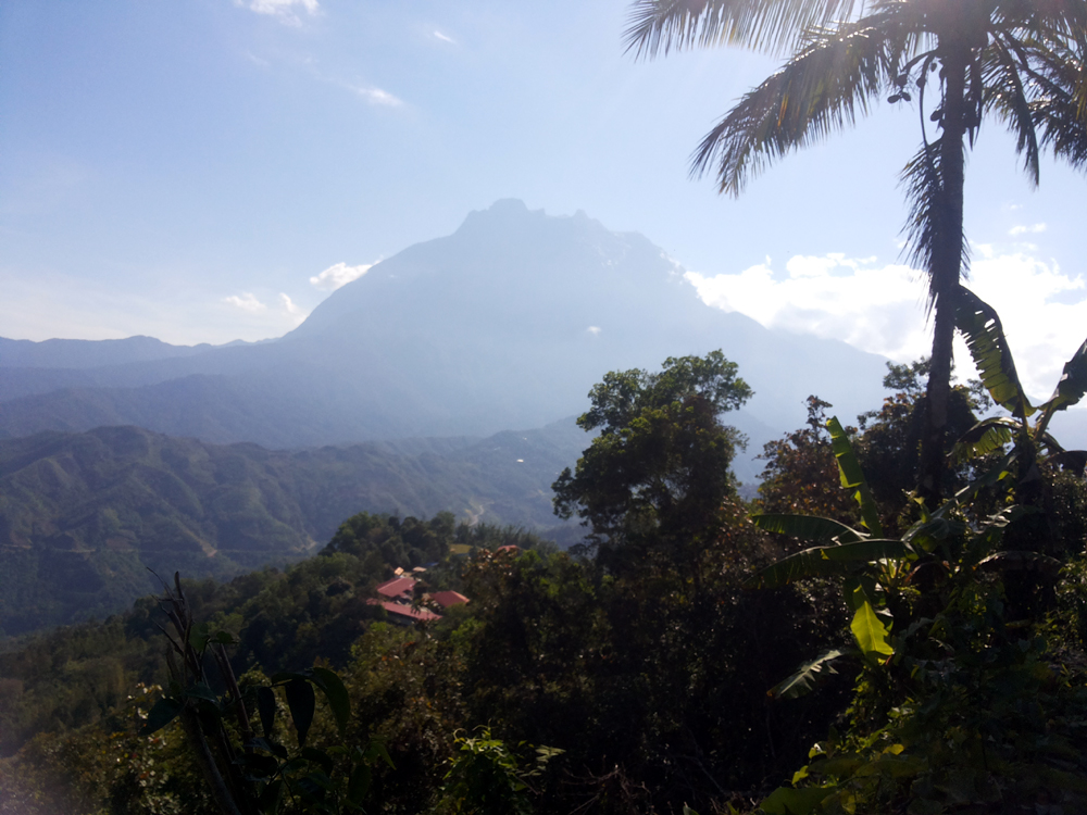 Gunung Kinabalu dilihat dari Pekan Nabalu