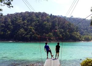 Zipline dari Pulau Sapi ke Pulau GayaZipline dari Pulau Sapi ke Pulau Gaya. Foto: Silvia Galikano