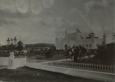 Paleis van de sultan Sjarif Kasim Abdul Djalil Saifoedin van Siak te Siak Sri Indrapoera 1905