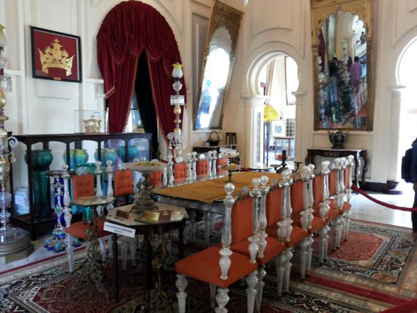 Ruang Pertemuan dengan chandelier dari Cheko (1)