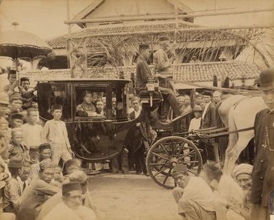 Sultan Assyaidis Syarif Kasyim Abdul Jalif Syaifudin (Syarif Kasyim II), in een koets op Siak Koets 1915-1925