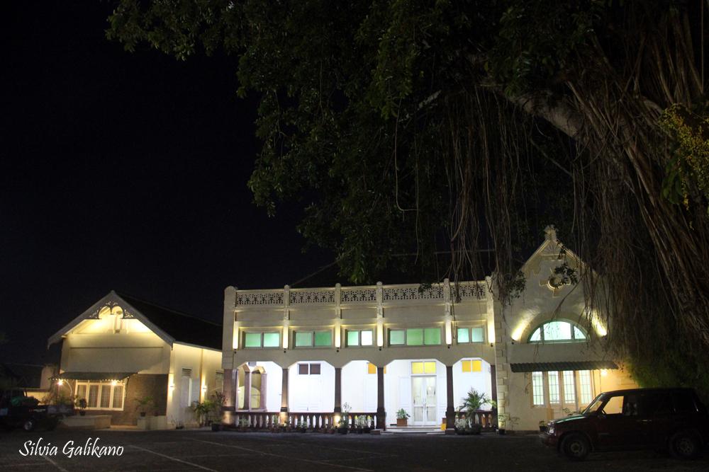 Hotel Damai Residence semakin indah saat malam.