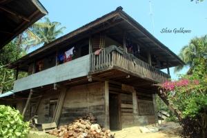 Rumah penduduk Porelea umumnya dari kayu, seperti rumah Sekretaris Desa Agus. Foto: Silvia Galikano.