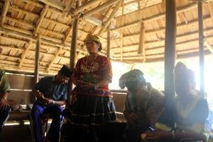 Acara pelepasan tamu diadakan di lobo Desa Porelea. Foto: Desmon-Karsa Institute.