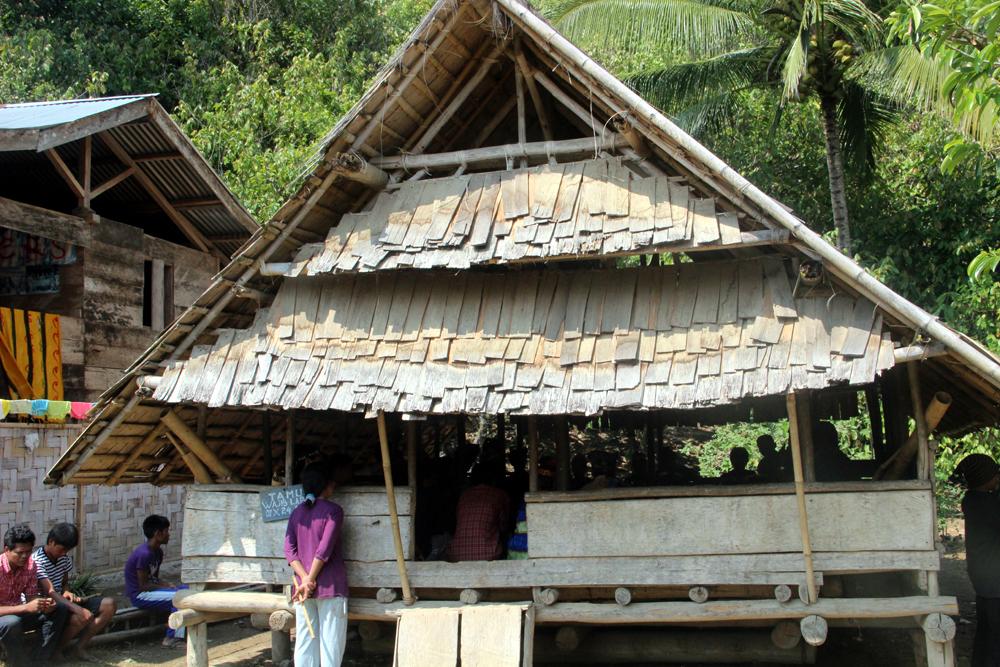 Lobo, balai serbaguna di Desa Porelea. Foto: Desmon-Karsa Institute