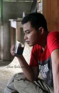 Minum kopi adalah budaya masyarakat Porelea, diminum pagi, siang, sore, hingga malam. Foto: Silvia Galikano.