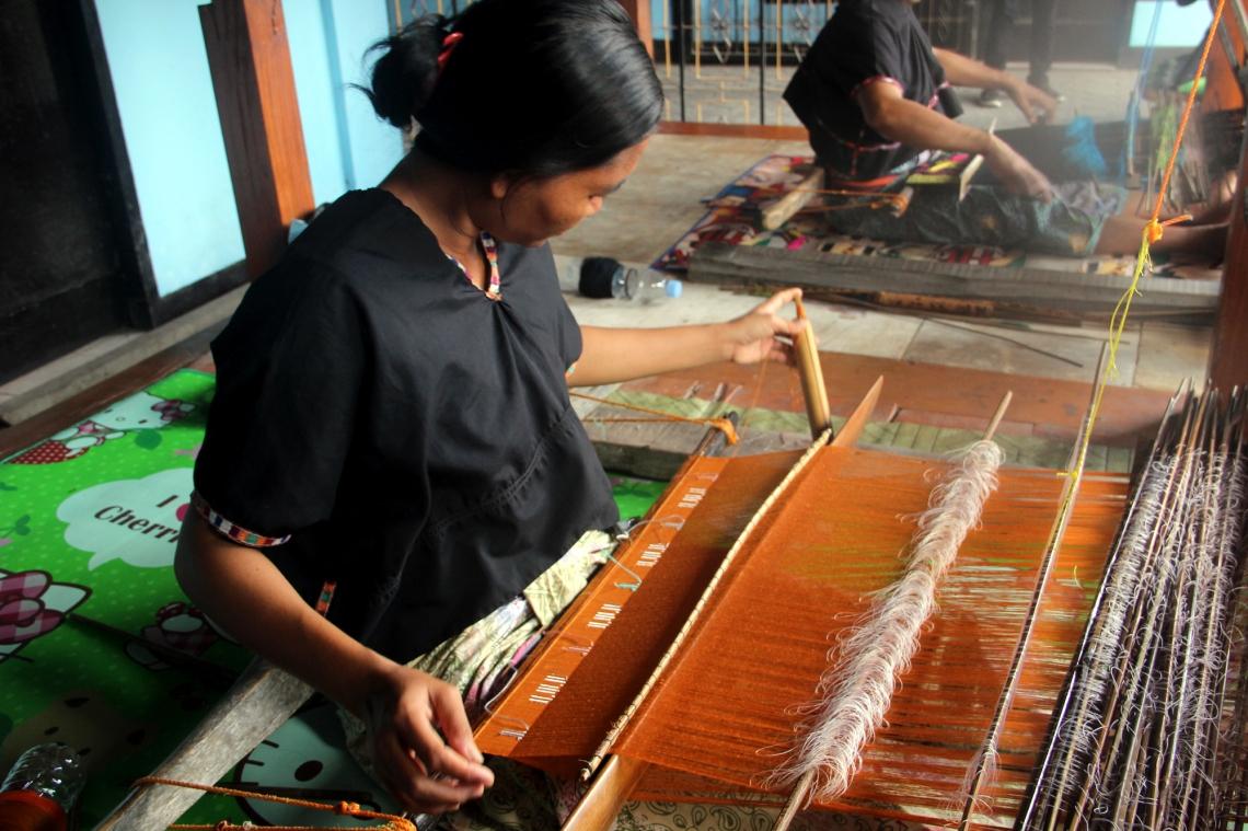 Perempuan Sasak menenun songket