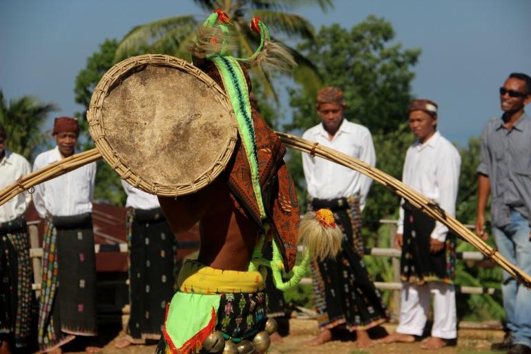 Caci, seni bela diri khas Manggarai, dipertunjukkan di Kampung Melo, Desa Liang Ndara, Manggarai Barat, Nusa Tenggara Timur (1)