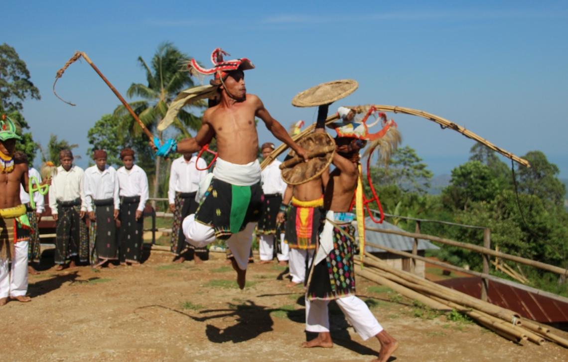 Caci, seni bela diri khas Manggarai, dipertunjukkan di Kampung Melo, Desa Liang Ndara, Manggarai Barat, Nusa Tenggara Timur (9)
