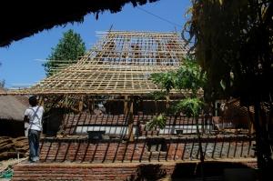 Pembangunan rumah milik Ameq Kurnia menggantikan rumah lama yang sudah lapuk