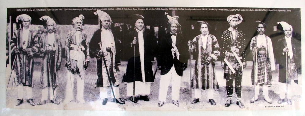 sultan-buton-ke-37-la-ode-hamid-ke-5-dari-kiri-bersama-pejabat-kesultanan-buton