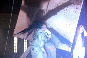 painting-performance-pada-hari-pertunjukan-penari-menggunakan-rambut-sebagai-kuas-foto-silvia-galikano-1