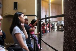 Pengunjung melingkar di dekat dinding. (Foto: Silvia Galikano)