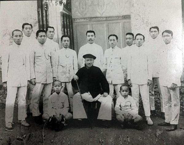 Louw Tjeng Tie dan murid-muridnya, Repro Silvia Galikano (2)