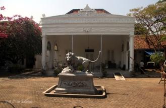 Patung singa di depan bangunan sayap kiri rumah. (Foto: Silvia Galikano)