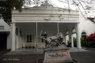 Patung singa di depan bangunan sayap kanan rumah. (Foto: Silvia Galikano)