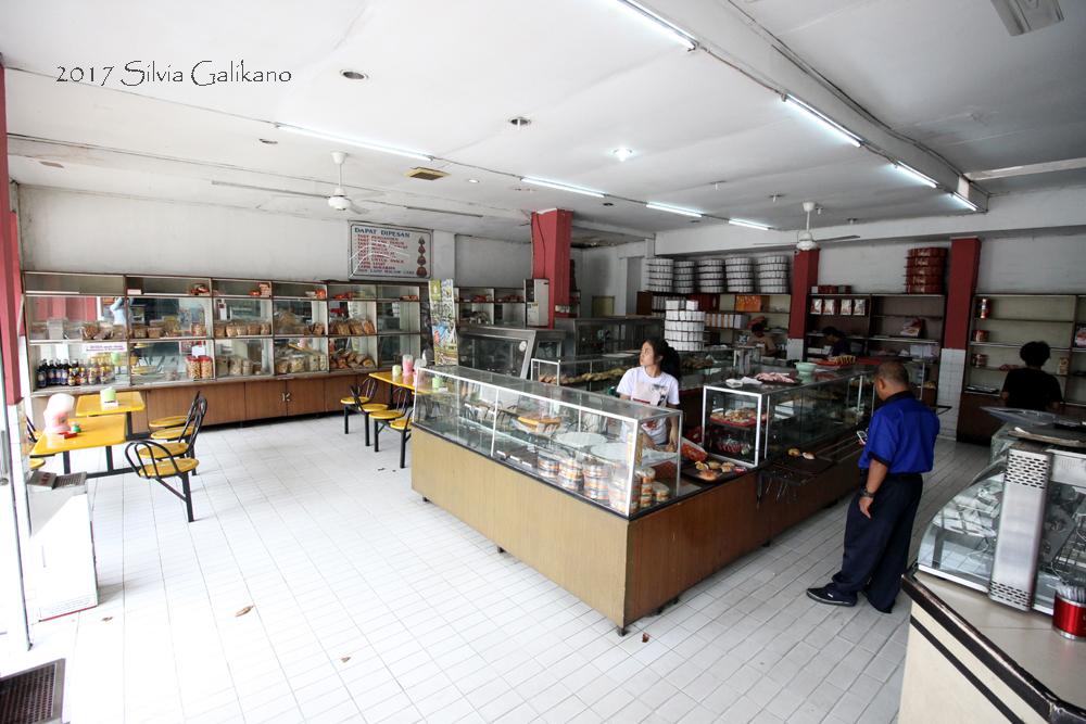 Toko Kue Tegal masih mempertahankan desain interior yang sama sejak 1968