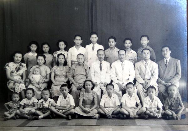 Bakoel Koffie. Foto keluarga tahun 1950-an, Liauw Tek Soen duduk di tengah berdasi, Darmawan Widjaja paling depan ke-3 dari kiri pakai suspendery, Rudy ke-2 dr kanan