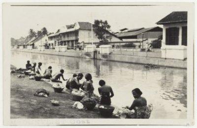 Vrouwen bezig met de was aan Molenvliet-Oost te Batavia 1925