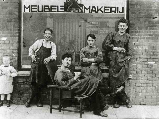Rietveld di kursi prototype karyanya, 1917